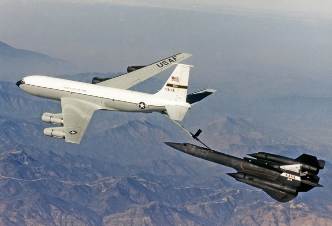 SR-71A_NASA_refuels_from_USAF_NKC-135E_1997