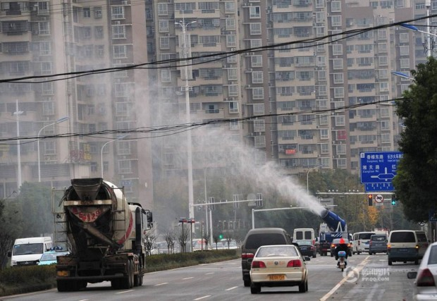 "Chinese cities are using this ""mist cannon"" to shoot (10)"